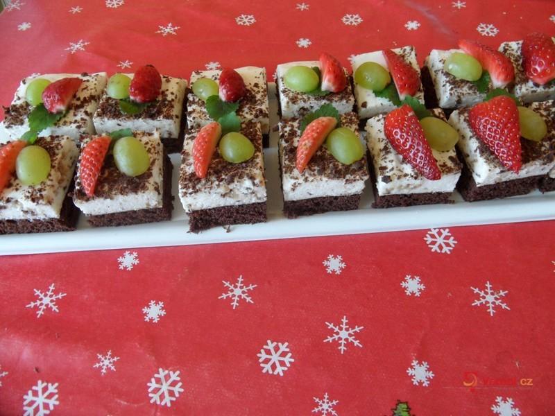 Čokoládové řezy s ovocem