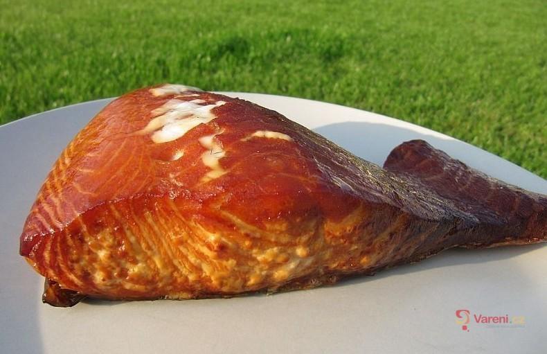 Uzený losos na grilu marinovaný v rumu