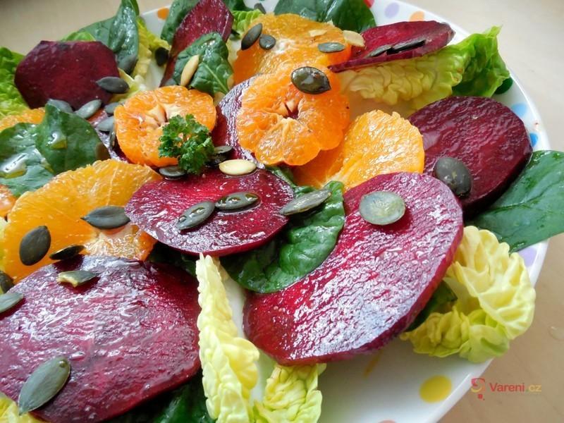 Barevný salát z marinované červené řepy