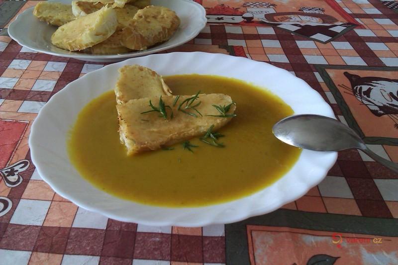 Dýňová polévka se sýrovými krutony
