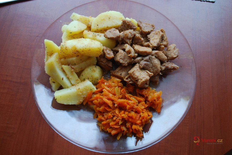 Marinované vepřové maso s dušenou mrkví