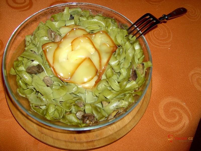 Houbovo-sýrové špenátové nudle