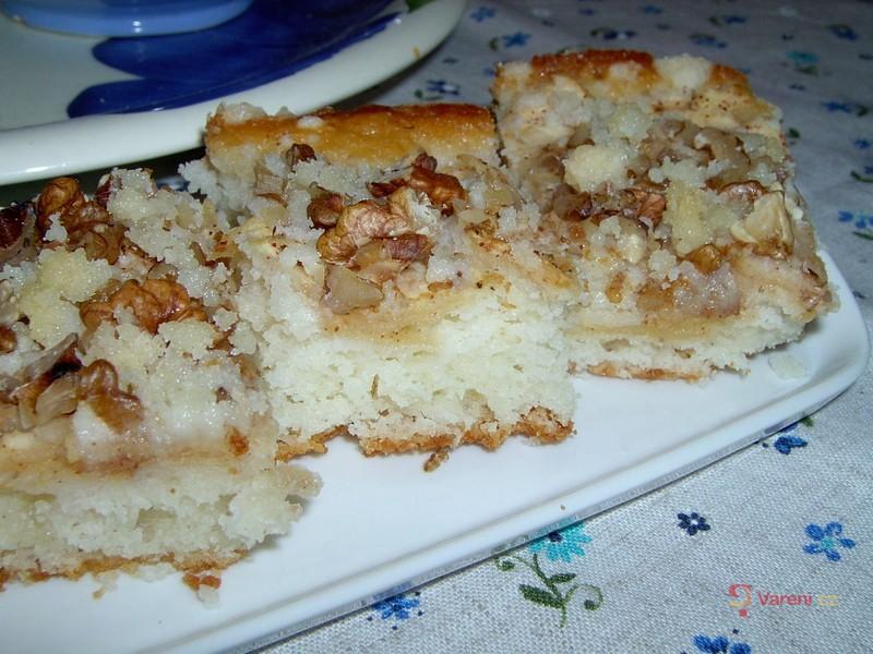 Jablečno-ořechový žmolenkový koláč