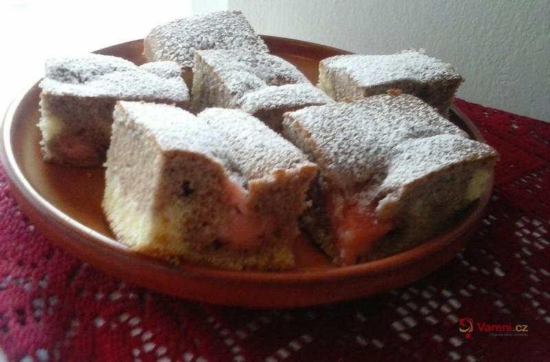 Dvoubarevný koláč s jahodovým pudinkem