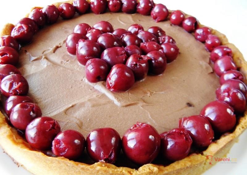 Valentýnský dort s čokoládovým krémem a višněmi
