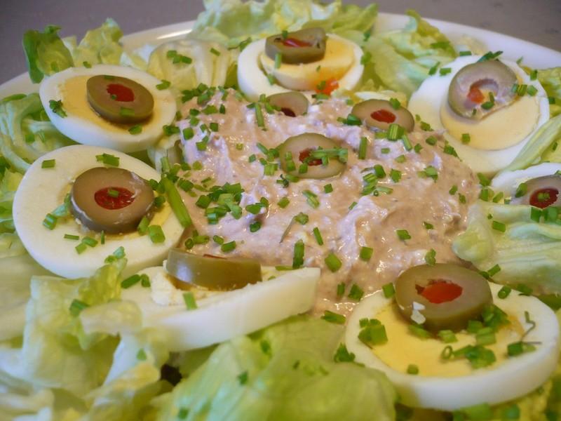 Ledový salát s tuňákem a vejcem
