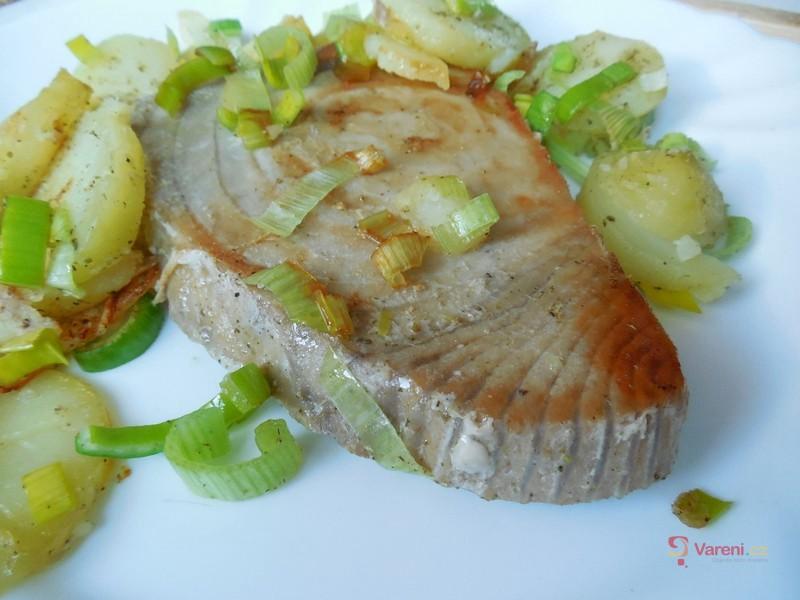 Steak z tuňáka s bylinkami