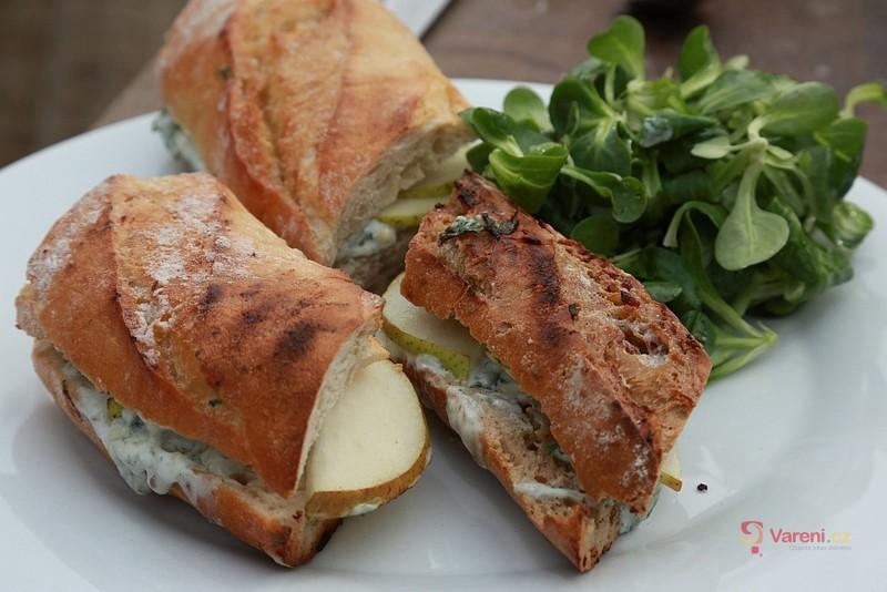 Sendvič s hruškou a modrým sýrem