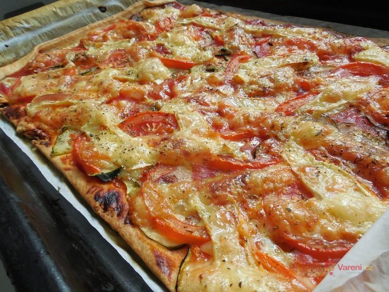 Domácí pizza s cuketou, rajčaty a sýrem