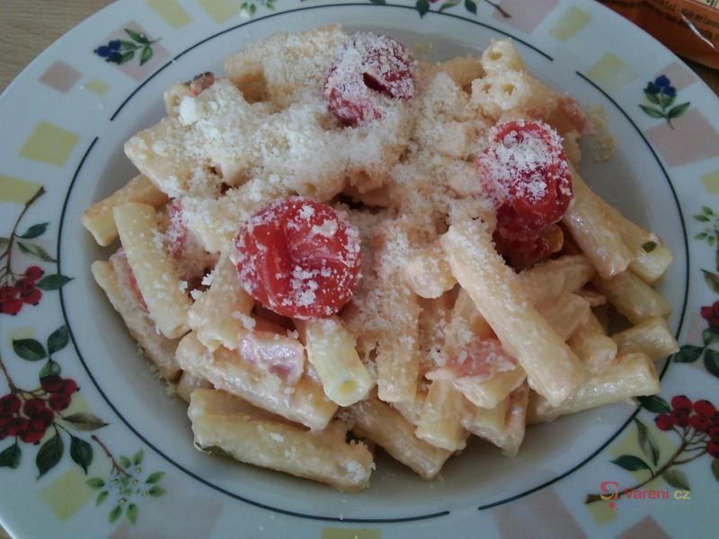 Těstoviny se sýrovou omáčkou a cherry rajčaty
