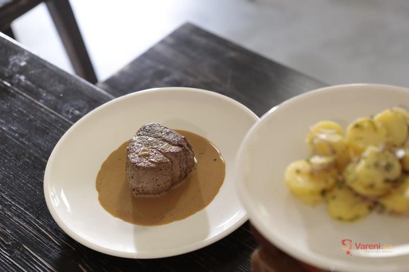 Pořádný biftek s omáčkou z brandy a selským salátem