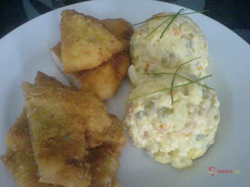 Dva druhy řízků s bramborovým salátem