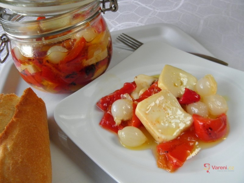 Nakládaný aromatický sýr v pikantním oleji