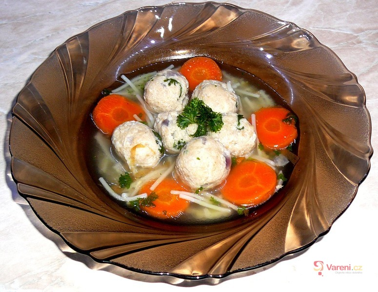 Polévka s drožďovými knedlíčky od babičky