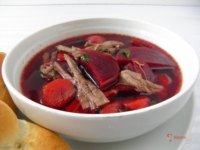 Hovězí polévka s červenou řepou