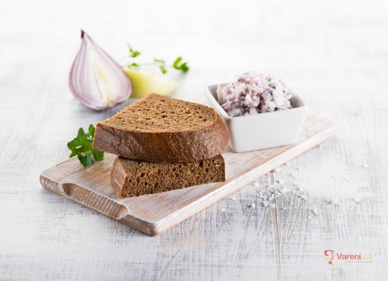 Z jádra dobrý chléb darken s cibulovou pomazánkou