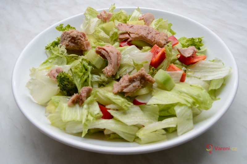 Lehký salát s kousky tuňáka