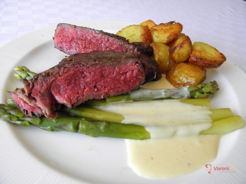 Rib eye steak s chřestem, holandskou omáčkou a pečeným bramborem
