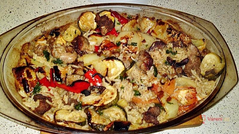 Šťavnatý eintopf z dušené rýže, vepřového plecka, zeleniny a suchohřibů