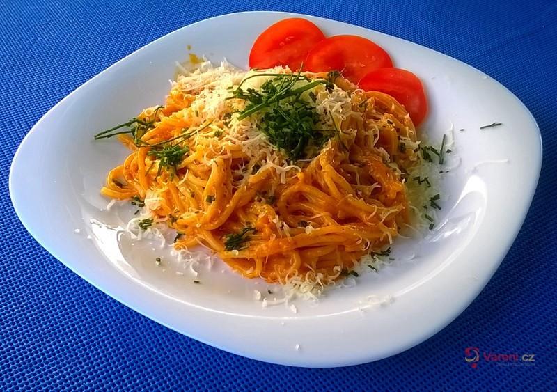 Špagety s mletým masem a šlehačkou