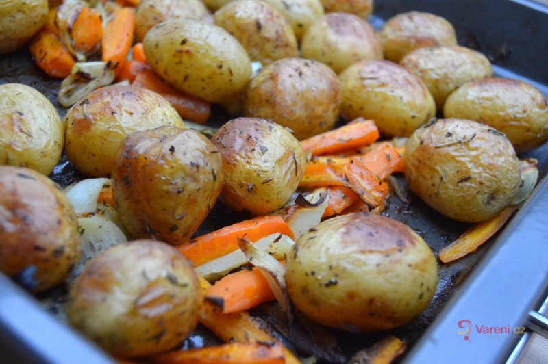 Pečené nové brambory s karotkou