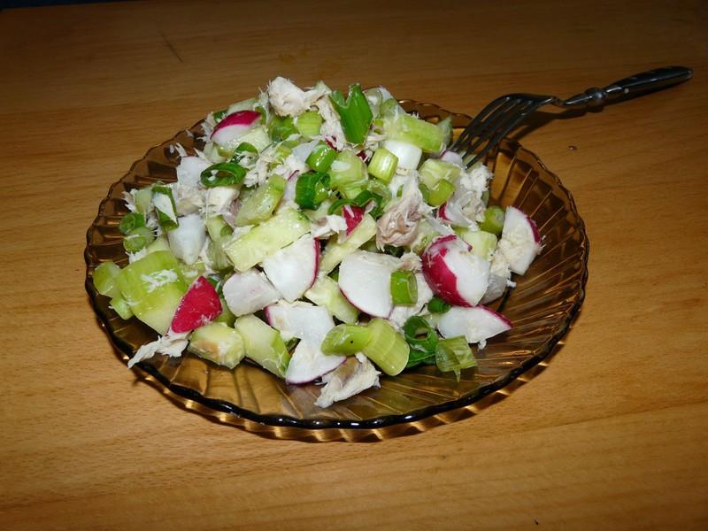 Barevný salát z uzené makrely