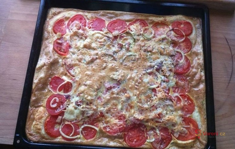 Rajčatová pizza s cibulí a anglickou slaninou