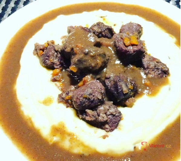 Irská líčka z vepřové pleci na červeném víně s bramborovou kaší