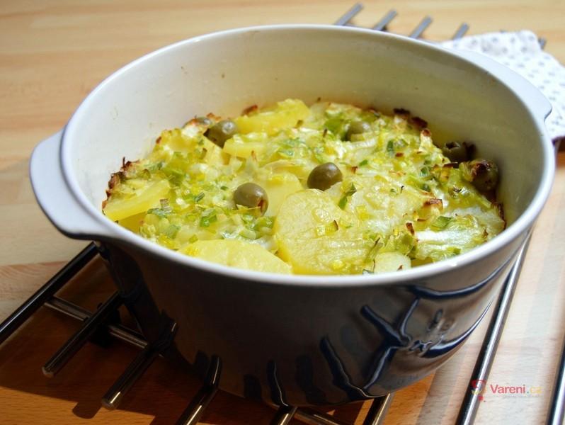Zapečené brambory s vejci a olivami