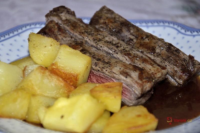 Steak s BBQ omáčkou a opékanými brambory s rozmarýnem