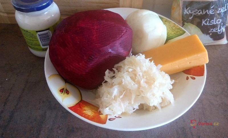 Salát ze syrové červené řepy a kysaného zelí