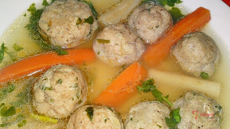 Polévka z morkových hovězích kostí s játrovými knedlíčky