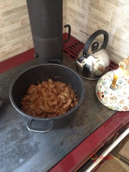 Hovězí guláš s hrnečkovým knedlíkem