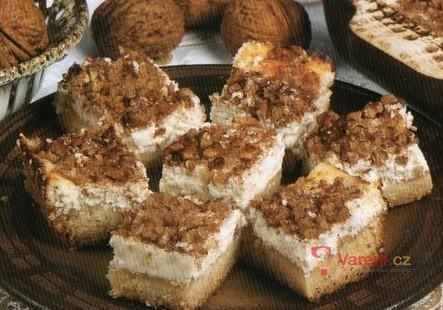 Tvarohový koláč s ořechy a skořicí