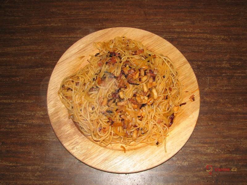 Špagety s arašídy a slaninou