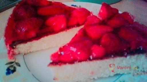 Svěží dort s jahodami a pudinkovou želatinou