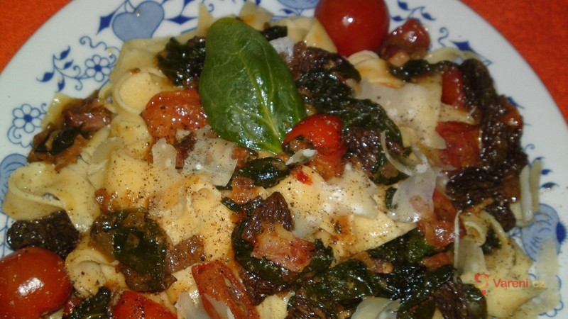 Tagliatelle se smrži, špenátem, rajčaty a parmazánem