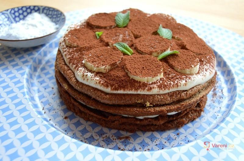 Kakaový dort se šlehačkou a banánem