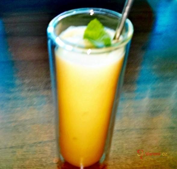 Mangovo-kokosový osvěžující koktejl