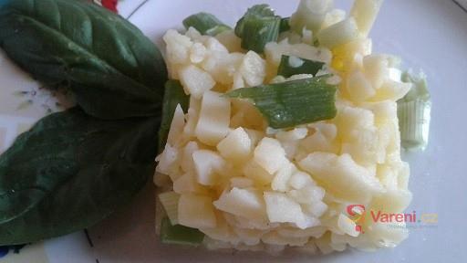 Lehký bramborový salát s jarní cibulkou