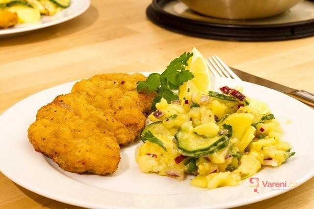 Kuřecí řízek s bramborovo-okurkovým salátem