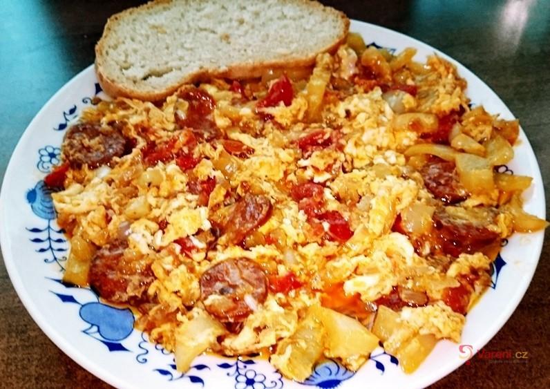 Maďarské lečo s pravou ostrou čabajskou klobásou a vejci