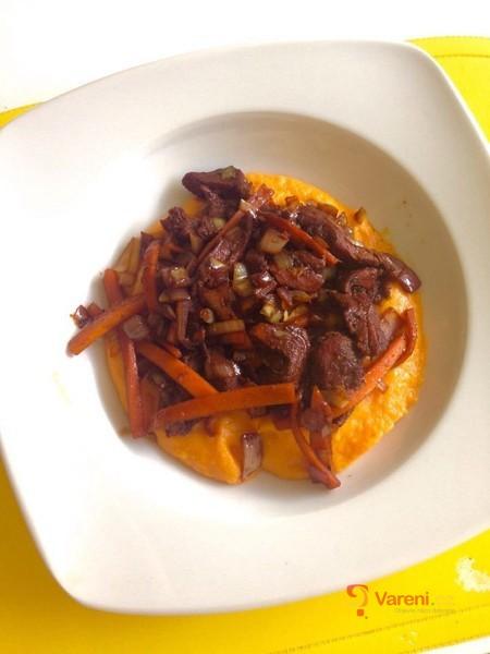 Batátové pyré se zeleninovou směsí a kuřecím masem