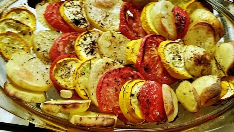Překládaná žlutá cuketa s brambory a rajčaty