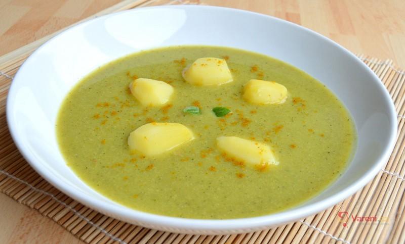 Cuketová polévka s hráškem a kari