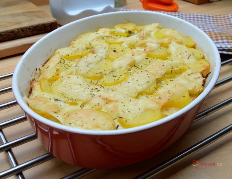 Zapečené brambory s pórkem, paprikou a nivou