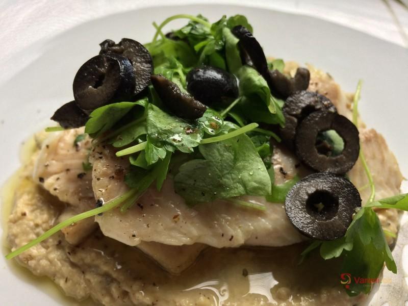 Pstruh shummusem a černými olivami