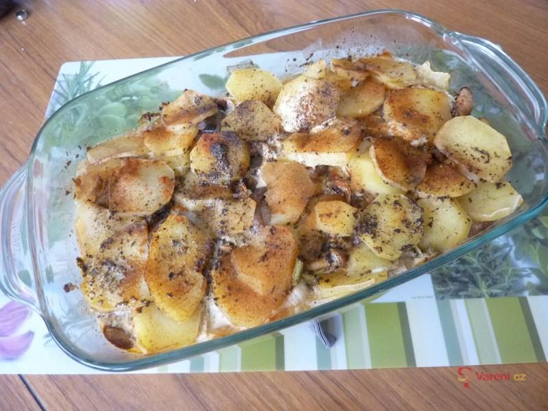 Zapečené brambory s houbami a pórkem
