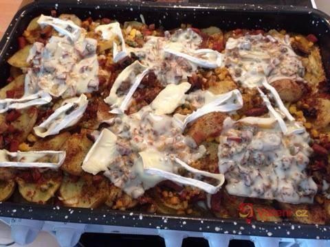 Zapečené brambory s lečem, vejcem, klobásou a sýrem
