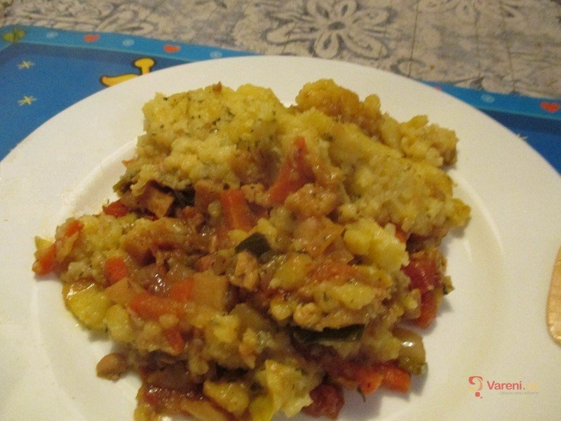 Veganská zelenina pod peřinou z bramborové kaše